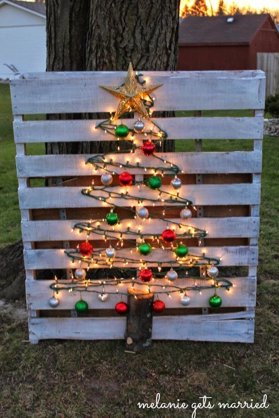 Lighted Wood Pallet Christmas Tree...these are the BEST DIY Christmas Decorations & Craft Ideas!