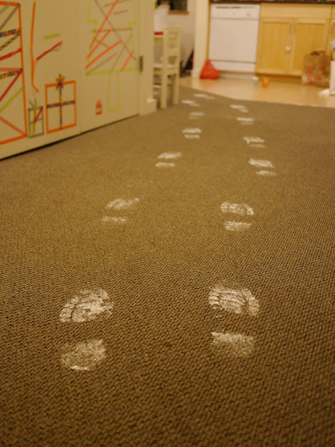 How to make Santa's footprints in your house. This is genius! MUST TRY (click the picture to see how)
