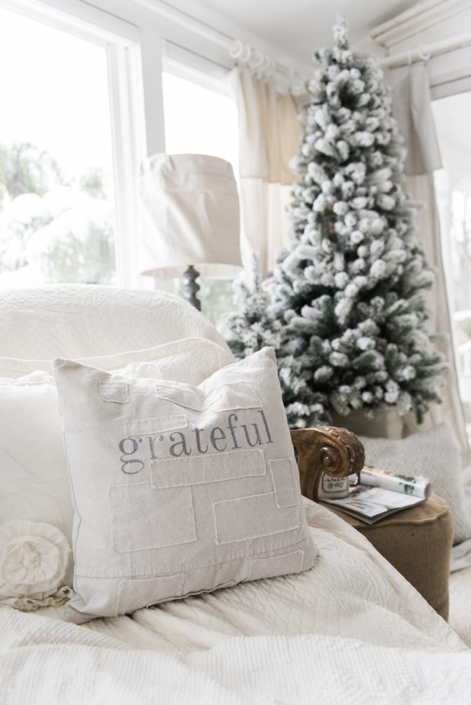Simple Farmhouse Christmas decor in the sunroom - great cottage style & farmhouse style Christmas decor inspiration!